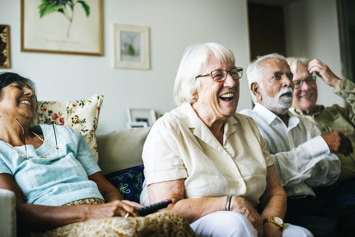 personas mayores viendo la tele